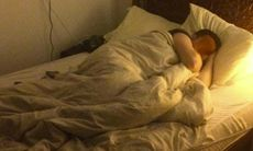 Man hittade berusad turist i sin säng