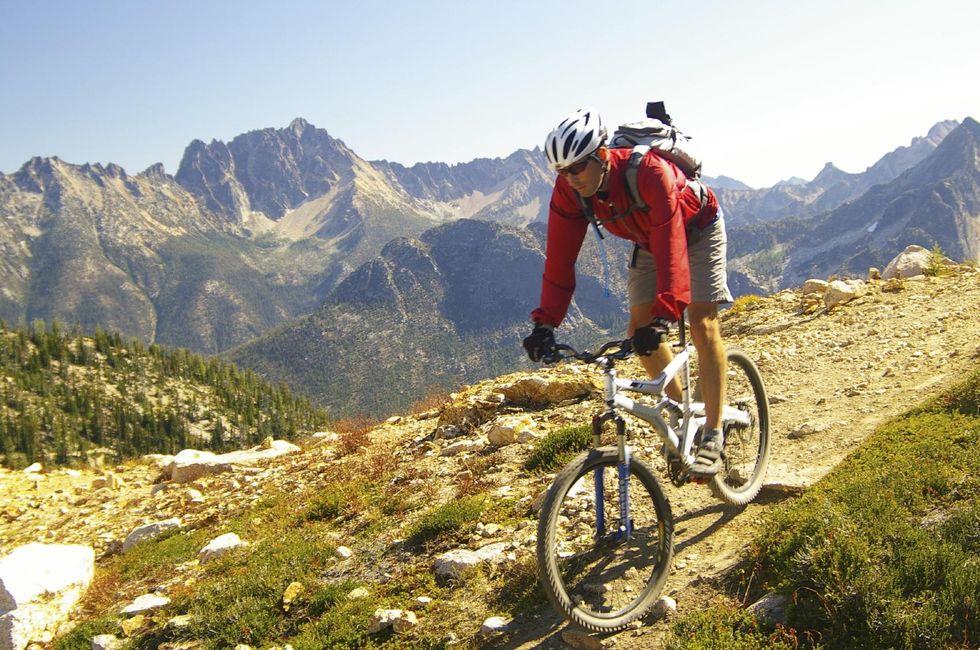 En man på en mountainbike uppe på ett berg