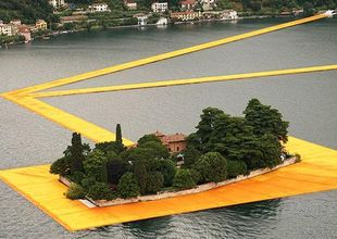 Någon har byggt en flytande bro över en sjö i norra Italien – resultatet är magiskt