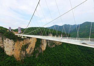 Kan du gissa vad som händer när de slår på Kinas längsta glasbro med en slägga?
